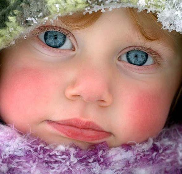 Bebe niña con hermosos ojos azules