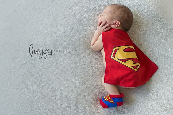 Bebe vestido de superman tierno