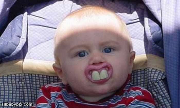 Gracioso bebe con chupon